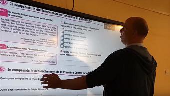 <em>directeur ecole des bergers teste un écran interactif</em>&#8221; width=&#8221;340&#8243; height=&#8221;193&#8243; /></a></p> </div> <div class=