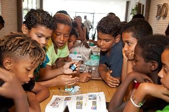 les enfants adorent leur robot programmable