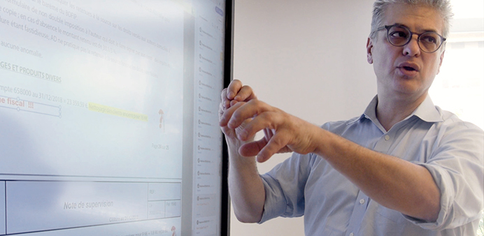 écran interactif dans un cabinet d'experts comptables