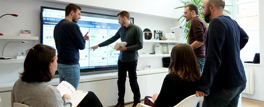 collaboration équipe marketing sur ecran interactif