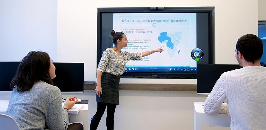 Un cours de géographie avec l'écran interactif SpeechiTouch SuperGlass