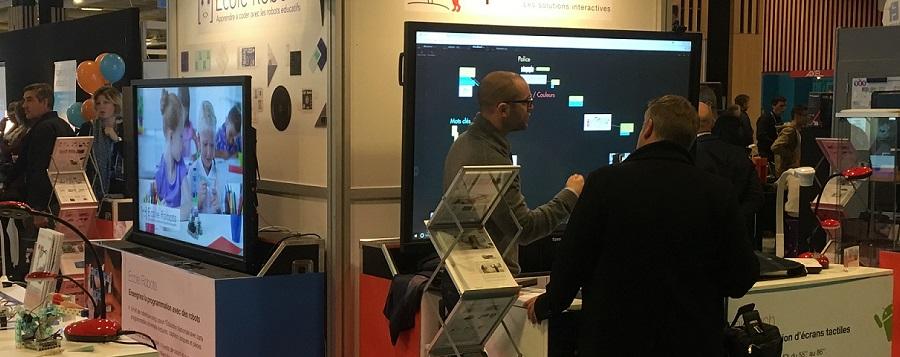 démonstration d'un logiciel sur un écran interactif géant