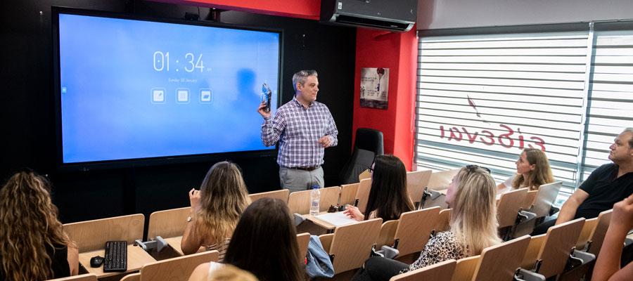 présentation des écrans interactifs à l'école supérieure d'Eidenai Education Center