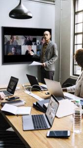 séance de télétravail avec écran interactif