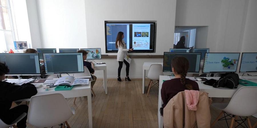 écran interactif dans classe hybride